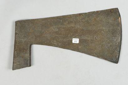 Grand fer de hache ancien militaire ou agraire,...