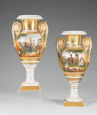 Paire de vases fuseaux en porcelaine de Paris...