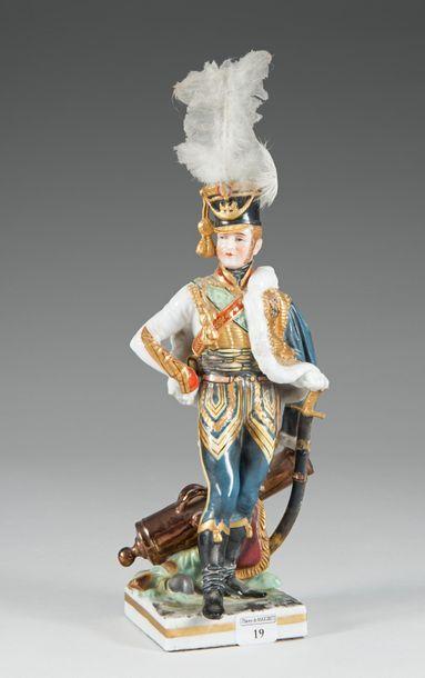 Figurine en porcelaine polychrome représentant...