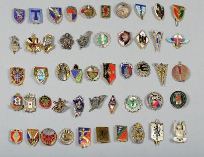 Lot de 50 insignes régimentaires