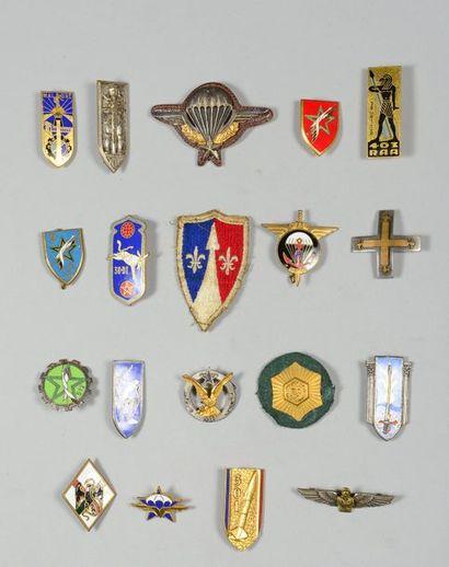 Lot de 17 insignes régimentaires. On joint...