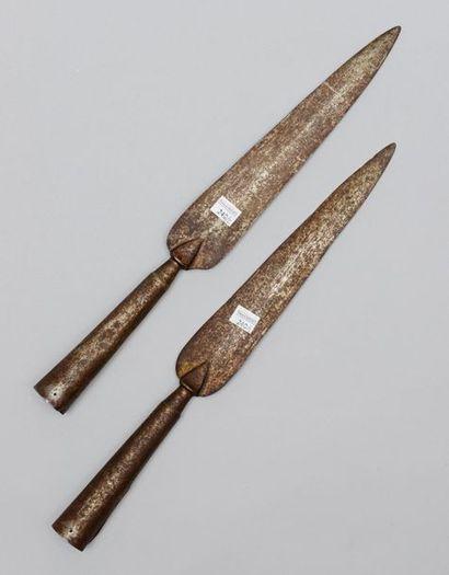 Deux fers de piques en forme de feuille de...