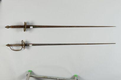Une épée de cour, garde en laiton ciselée...