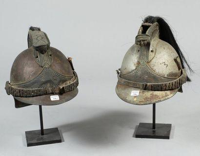Deux casques de chasseur à cheval modèle...