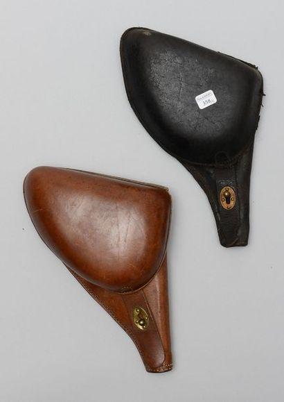 Deux étuis en cuir de revolvers français,...