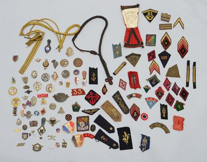 Lot d'insignes divers en métal émaillé et...