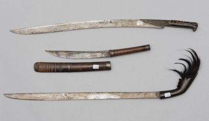 Lot de trois armes orientales: un yatagan...