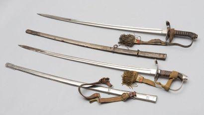 Deux sabres d'officiers autrichiens avec...