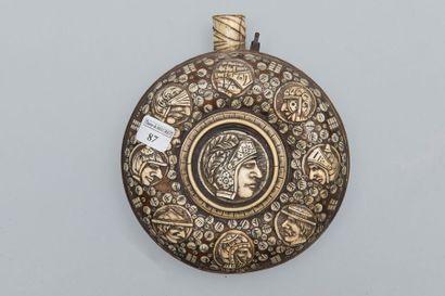 Poire à poudre ronde, dans le style du XVIIème...