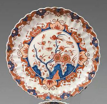 DELFT Small earthenware gadroon dish with imari decoration in blue, red and gold...