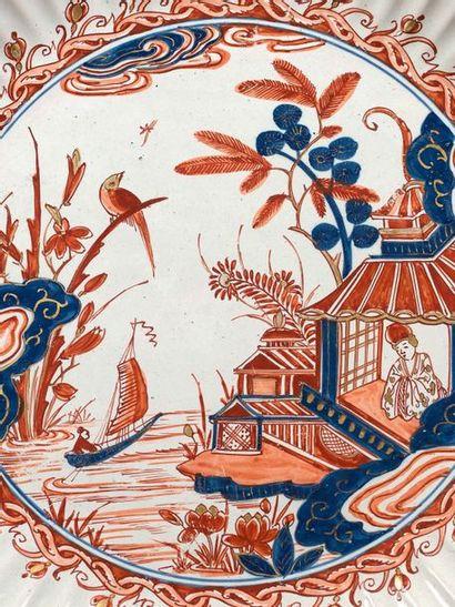 DELFT Grand plat à godrons en faïence, à décor imari en bleu, rouge et or dit «Delft...