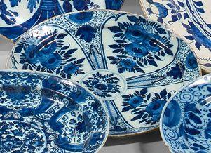 DELFT Deux assiettes en faïence à décor en camaïeu bleu. La première à motif de bouquets...