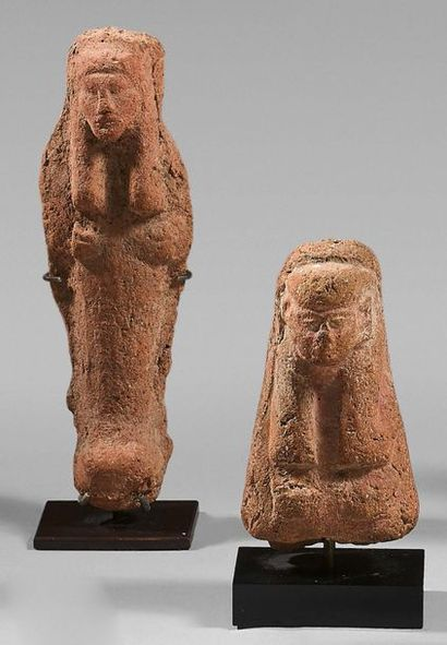 Lot comprising a shaouabti and a bust of shaouabti wearing the smooth tripartite...