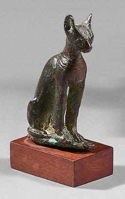 Statuette de chatte Bastet assise. Un collier...