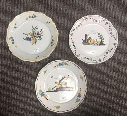 NEVERS Trois assiettes en faïence à bordure contournée, à décors polychromes différents:...