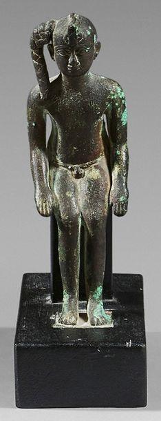 Statuette représentant Harpocrate nu portant...