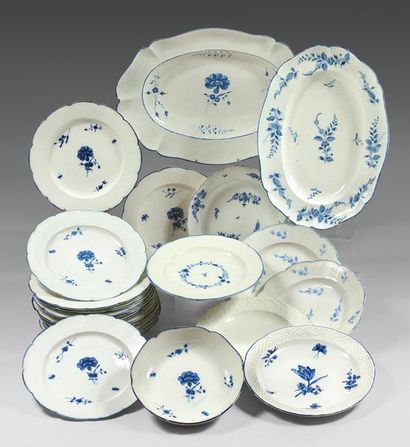 CHANTILLY Plat ovale et trois assiettes, à décor respectivement de branchages fleuris...
