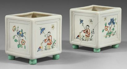 CHANTILLY Two small square flower boxes resting on four feet with Kakiemon decoration...