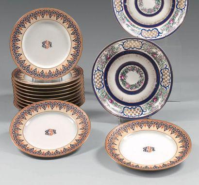 RUSSIE (Manufacture des Frères Kornilov) Douze assiettes en porcelaine à décor bleu,...