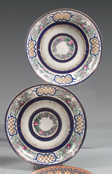 RUSSIE (Manufacture des Frères Kornilov) Pair of porcelain compote dishes with polychrome...