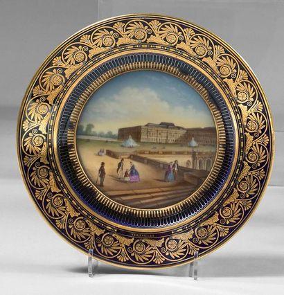 SEVRES OU PARIS Two hard porcelain plates of Sèvres or Paris, blue wings with gold...