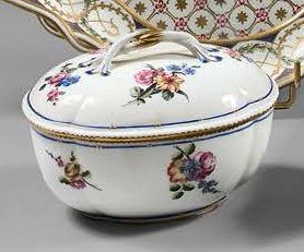 SÈVRES Covered sugar bowl in oval soft porcelain of ribbed shape, the grip of the...