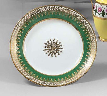 SÈVRES Assiette circulaire décorée au centre d'un motif rayonnant à l'or, encadré...