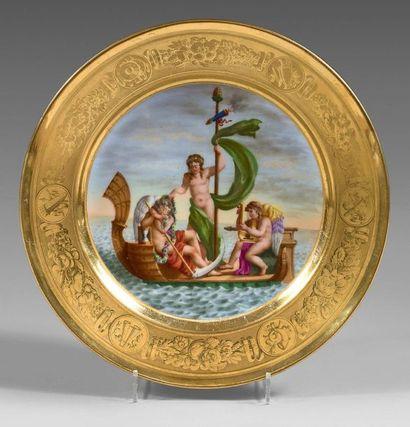 PARIS Belle assiette en porcelaine dure, l'aile dorée en mat et brillant, à décor...