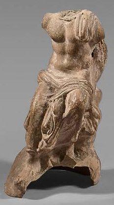 Fragment de statuette masculine à demi drapée...