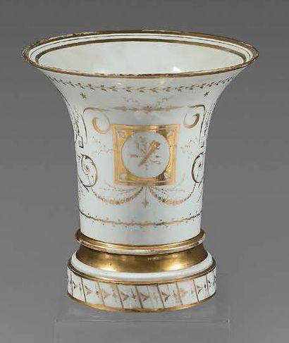 PARIS, Manufacture de LOCRE Paire de vases jasmin en porcelaine et leur base circulaire,...