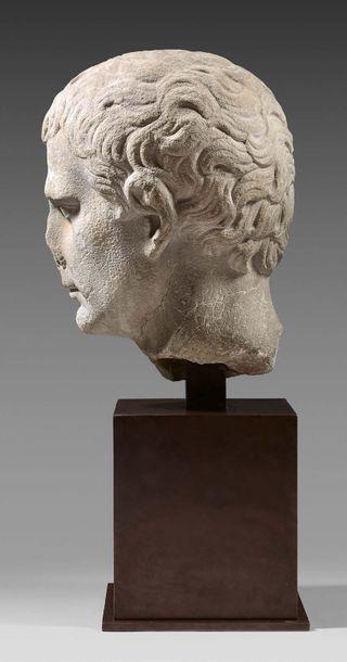 Tête d'Auguste Marbre gris. Fêlure et restaurations. Art romain, 27-17 avant J.-C....