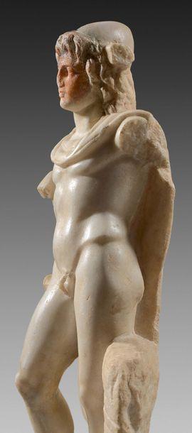 Statue d'un des Dioscures aux traits d'Alexandre le Grand. Sa chevelure composée...