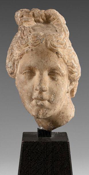 Tête d'Aphrodite coiffée d'un chignon sommital...