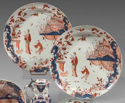 DELFT Paire de grands plats à bordures contournées en faïence, à décor imari en bleu,...