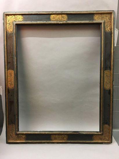 *Beau et rare cadre en bois mouluré noirci et doré dit ''à cassetta'' à décor doré...