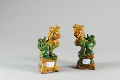 CHINE. Paire de petits chiens de Fô faisant office de porte-bâtons d'encens reposant...