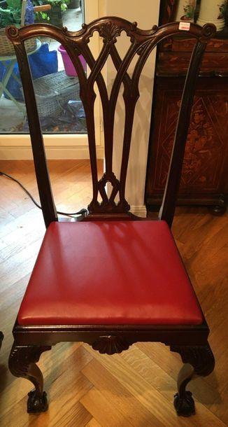 Table et quatre chaises  Style Chippendale...