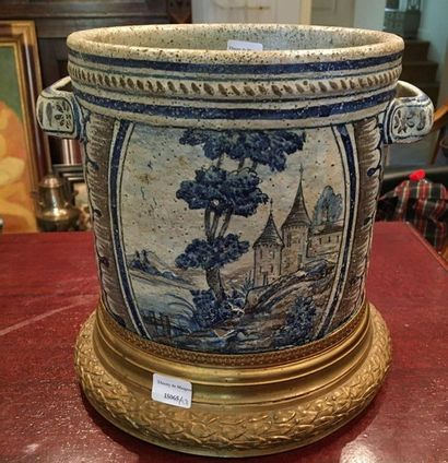 NEVERS  Pot en faience décor en bleu  Hauteur...