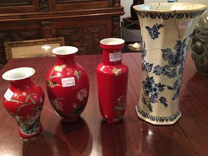 Trois vase fond rouge  On y joint un vase...