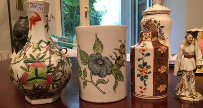 Lot : un pot à pinceau, un vase, une boite...