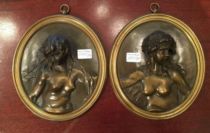Deux médaillons  Portraits de femme  Portant...