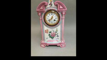 Pendule en porcelaine rose et turquoise à...