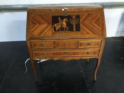 Bureau de pente, décor marqueté d'un cavalier...