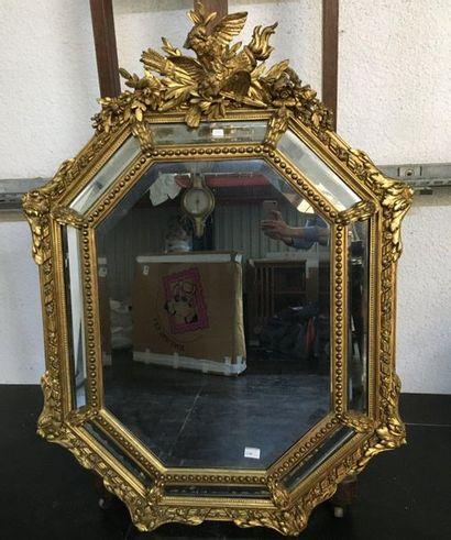 Miroir stuqué à parecloses  H : 131 cm  L:...