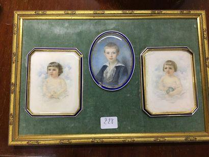 Trois miniatures dans un même cadre  30x...