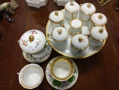 Lot de porcelaine : un plateau et pot couvert...