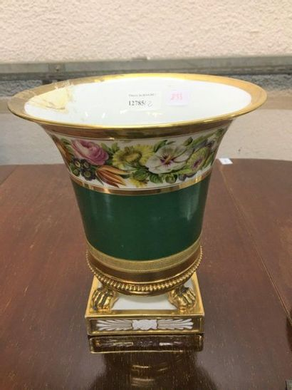 Paris  Vase cornet sur pattes de lion  XIXème...