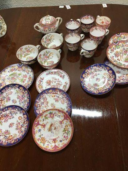 Lot de porcelaine : tasse et sous tasse,...