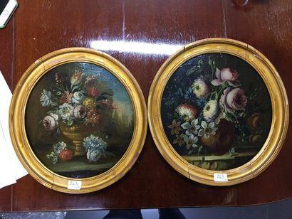 Paire d'huiles sur panneaux en tondo  Bouquet...