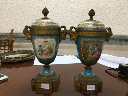 Paire de vases couverts en bronze et porcelaine...